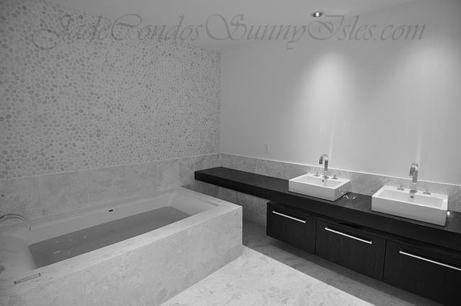 Jade Ocean Master Bathroom imag